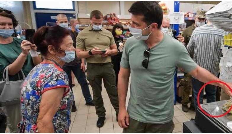 Хвилину тому! В супермаркеті присутні відразу і неповірили своїм очам: Зеленський підійшов до жінки і вразив своїм вчинком