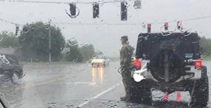 Солдат у зливу просто вийшов з машини і став смирно. Водії думали прогнати його, поки не побачили …