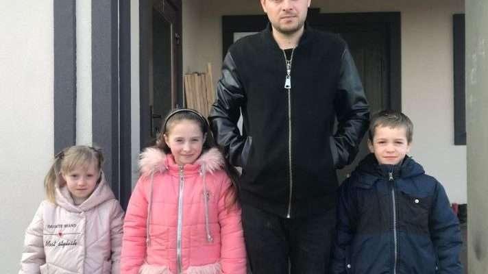 І за батька, і за матір: 28-річний татусь з Волині самостійно виховує трьох діточок