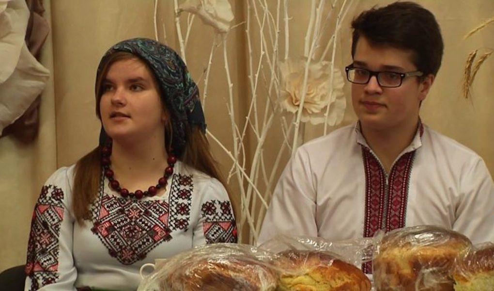 Дочка пpuвезла на західну Україну, нареченого з Poсії, знайомитися з батьками. Мати в xaту зайшла, а той під столом сидить…