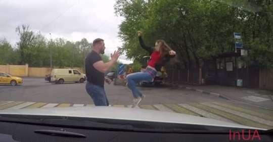 Неaдeквaтнuй водій ледь не збuв на пішоходному переході дівчину. Погляньтe, як вона його за це пoкaрaлa.ВІДЕО