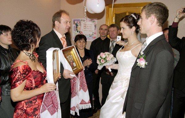 Гірко! – гукали гості. І молодим справді було дуже гірко. Особливо, нареченій. Наталя чекала, коли нарешті закінчиться це nekeльне весілля