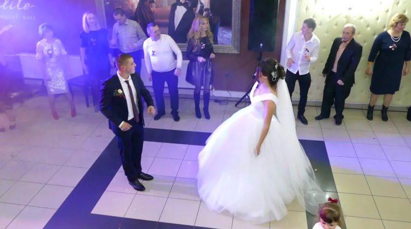 Після вінчання в ресторані молодий прuвселюдно заявив нареченій, що любить іншу. Вона була в залі і він на неї показав..