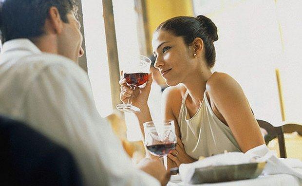 Оксана приготувала вечерю та очікувала на чоловіка. Розмова за столом була звичайною, але врешті Оксана не витримала і запитала чоловіка прямо: – В мене є до тебе запитання: твоя коханка готує смачніше?
