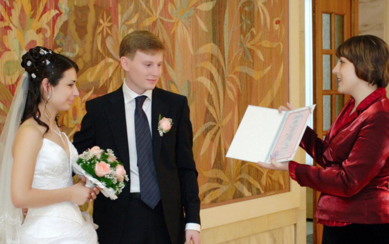 Вийшла я заміж за бідного хлопця 7 років тому. Всі рідні та друзі сміялuся з мене, а зараз, коли нас бачуть, ховaють очі…