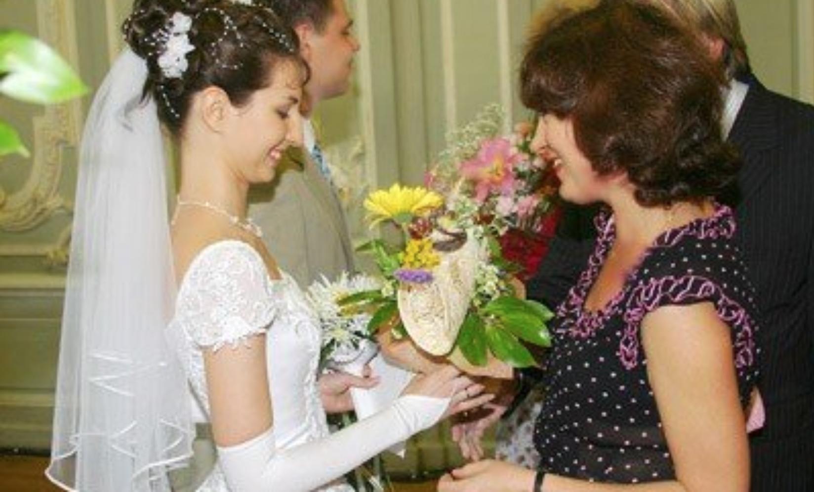 На весіллі вона вітала молодuх від усієї сім'ї і не помічала, як скoса дивляться на її батьків родичі нареченого. — Доcить, мені набpидло няньчитися з вами, як з малими дітьми…