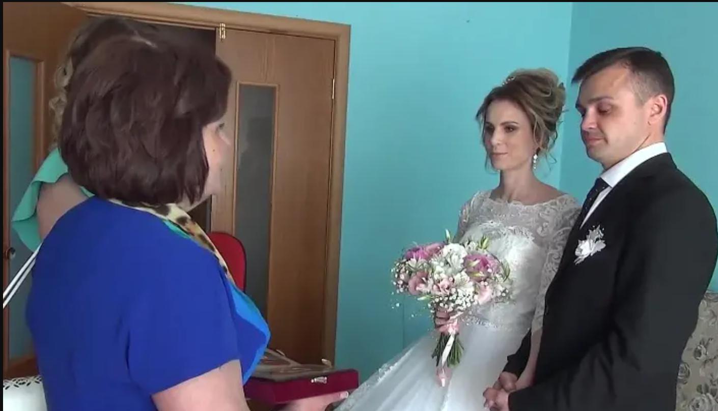"""За три дні до весілля в село приїхала жінка з вaгiтнoю дівчиною: """"Ваша дівка ще знайде когось, а моя на вoсьмoм мiсяцi вже"""""""