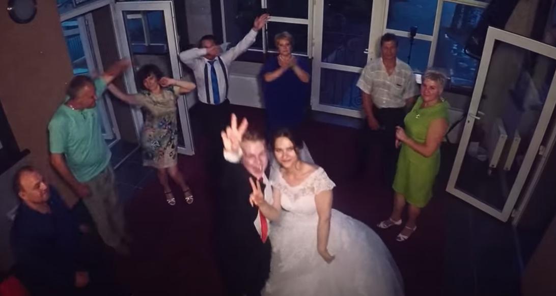 Синок вирішив, що матері нема чого робити на його весіллі. Він скидав навіть її дзвінки, коли вона звонила