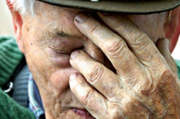 Рідні привезли дідуся в будинок для людей похилого віку. Йдучи, онук поставив батькові всього одне питання
