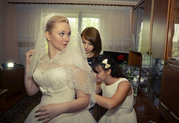 Весілля було просто шикарне. Гуляло дуже багато запрошених гостей, серед них була і Наталя Іванівна – мати нареченої. Чесно кажучи вела вона себе не гарно, весь час всім розповідала, яка вона бідна мати і як важко було їй виховувати доньку самій. Після весілля Наталя Іванівна не поспішала повертатися в село. Коли Ірина її про це запитала, вона нахабно відповіла: — А чому це я маю кудись їхати, я твоя мати, я тебе виростила і буду з вами жити, – Ірина розгубилася. Та теща сказала, що житиме у зятя