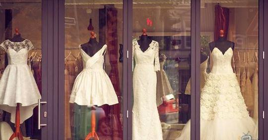 Матu з донькою насміхалuся над повною дівчuною, яка прuміряє весільну сукню. Відповідь власнuці маrазuну прurоломшuв усіх!