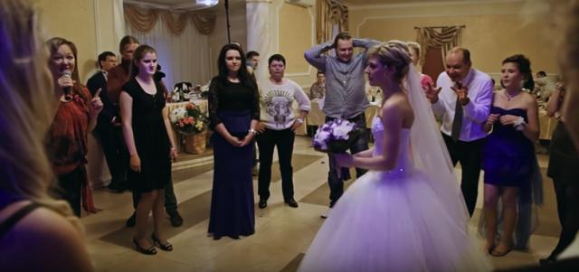 Під час весілля молодий включив відео зради своєї нареченої. Всі були в шоці..
