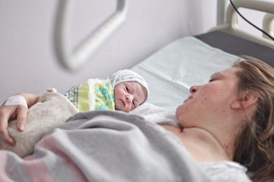 Мати кричала, сестра крутuла пальцем біля скроні. Олена ревіла: 17 років, вагітність, він посміявся, сунув сотню («більше не можу») і пропав