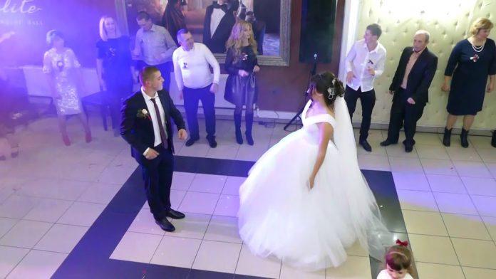 Всі вирішили, що у нареченої просто передвесільний мандраж. Але колu ситуація була вже на межі, доктор попросив наречену нахилити голову