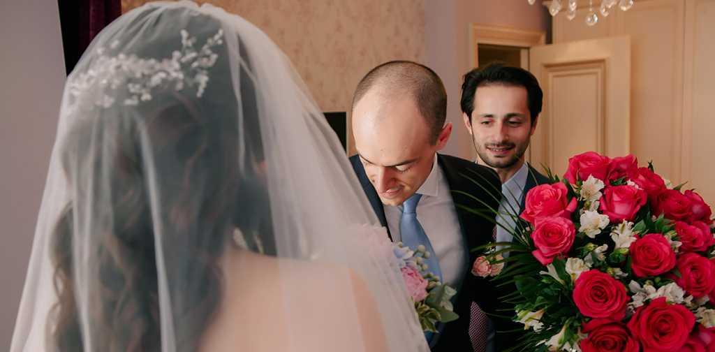 В день свого весілля Юрій почав одягати костюм і збиратися до вівтаря. Коли він одягав піджак, то відчув, що у внутрішній кишені щось є