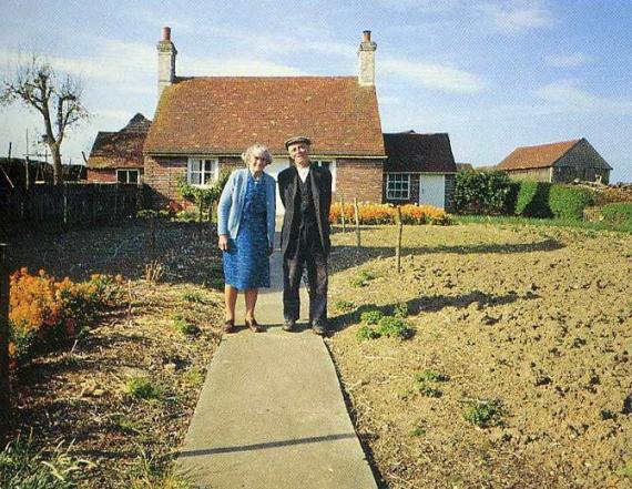 Ця старенька пара кожного року на свято робила фото на фоні своєї хати. 0станній кадр рве душу