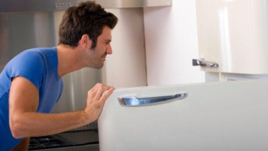 Чоловік відкрив холодильник колишньої дружини. Побачене змусило його серце застигнути…
