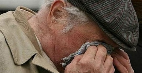 У старого навернулися сльози, він вийшов з машини, і з поклоном сказав: «Спасибі тобі, синку». І пішов до свого старого будиночка, рукою витираючи сльози