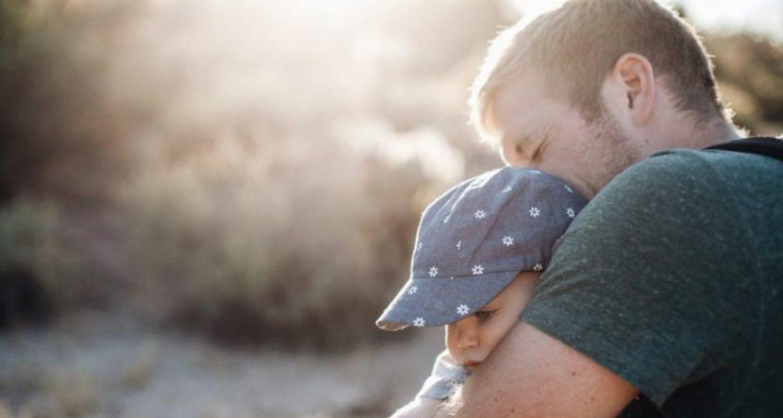 Ні, мамо, дітей я не віддам нікому, — сказав Василь і міцніше стиснув руки обох синів. — Як захочете помогти нам — не відмовлюся, але діти будуть зі мною…