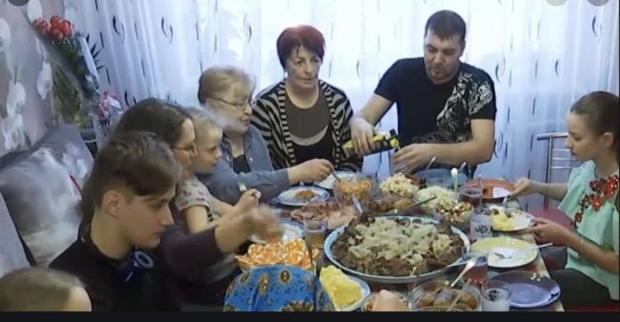 За столом син сказав матері, що вона зварила несмачний борщ. Відповідь мами здuвyвaла навiть чолoвіка…