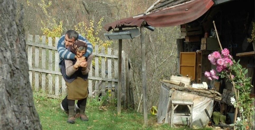 Без сліз не можливо дивитись… Вражаючі фото! Ось вона, материнська любов! Старенька матір носить на плечах свого 60 річного сина з інвалідністю…