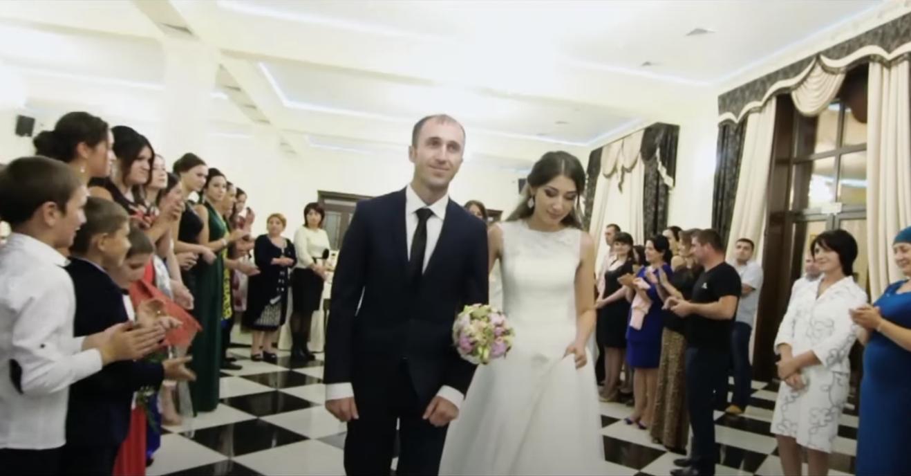 Молодий перед самим весіллям дізнався про зраду нареченої. Весілля він не відмінив, а влаштував її сюрприз прямо в ресторані