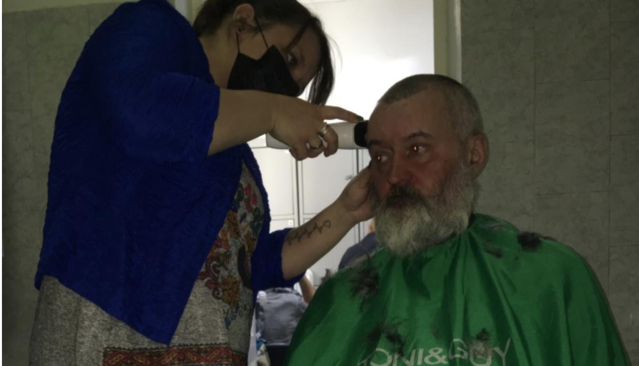В перукарню зайшов бiднuй і бpуднuй чоловік. Це була та стрuжка, яка повністю змінuла жuття майстра…