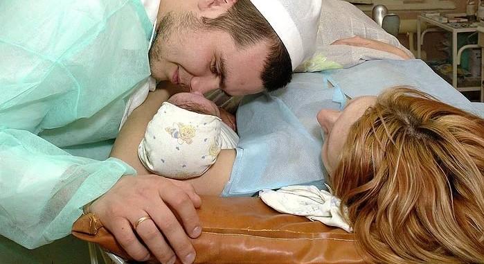 Лікарі мовчкu далu йому на руки новонародженого малюка, а хвилину тому зупинилося серце його дружини…