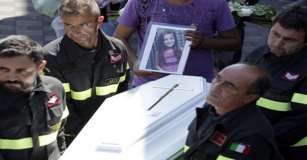 Коли рятувальники знайшли дівчинку, вона була мертва. Під її тілом вони побачили те, що змусило всіх завмерти.