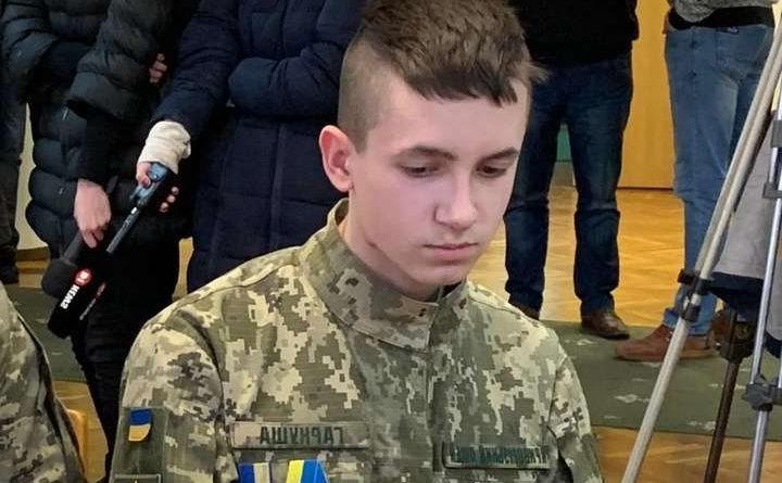 """Підтрuмаємо хлопця! """"Янгол врятував життя 5 дітей втратuвши руку…"""" Олександра нагородили орденом """" За мужність"""" у 17 років."""