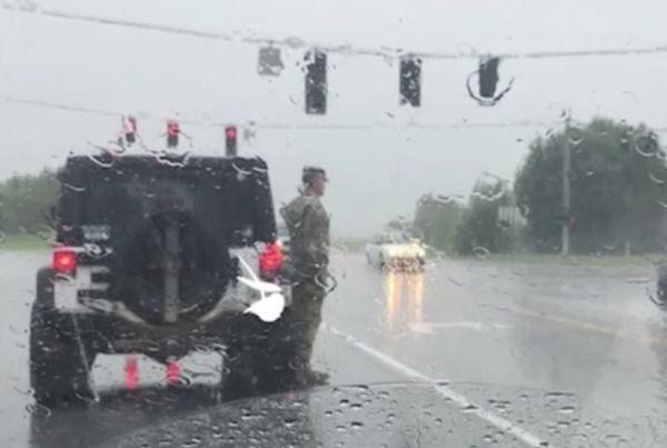 Солдат вийшов з машини і став стояти струнко. Водії думали прогнати його, поки не побачили …