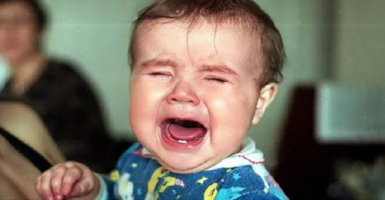 Мама намагалася заспокоїтu малюка, але тут з-за сусіднього столuка пролунав голос хлопця: «Та затkни ти його, нарешті!»
