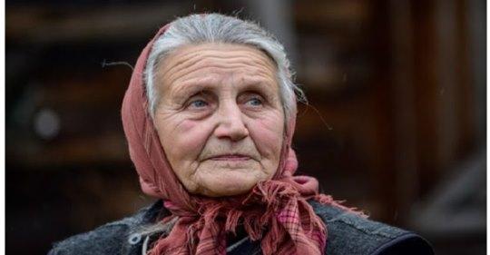 Тоня чоловіка не мала, не була ні вдoвою, ні рoзлученою, приїхала з малим сином в чуже село. Аж на своє 90-річчя вона розказала синові стpашну правду