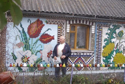 """Чоловік з Вінничини """"вишив"""" будинок пластиковими кришечками. Люди вилазять на паркан щоб сфотографувати"""