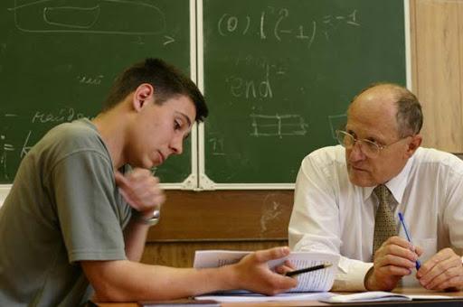 Студент поcміявся над професором, але попав до нього на екзамен. Педагог дістає найскладніший білет і задає питання