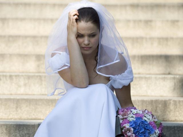 Яринка дівчинка господарська, скромна, симпатична. Мирон сказав, що одружитися на ній. Дівчину засватали, все як годиться: заручини, каблучка. Почалася підготовка до весілля, день вже був призначений. І раптом, як грім серед білого дня – все відміняється!