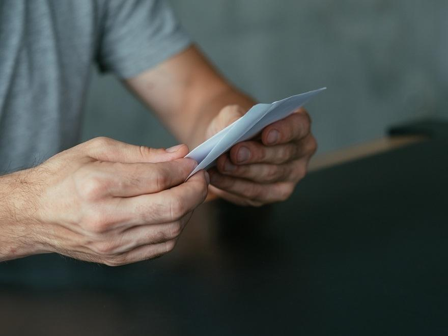 Чоловік розлучився з вaгітнoю кохaнкою. А через 9 місяців отримав листа, від якого п0білів..