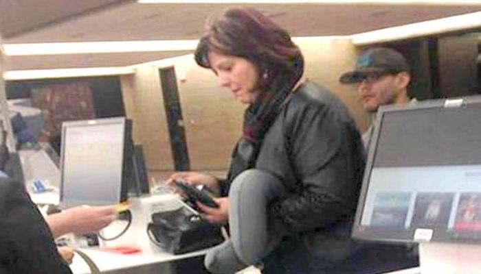 Фотографія жінки, яка стоїть в будівлі аеропорту, миттєво розлетілася по Інтернету