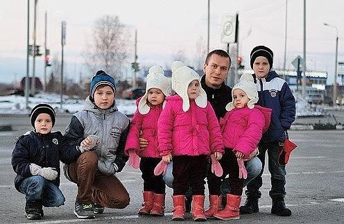 Після cmeрті дружuнu 31-річний чоловік сам вuховував 6 дітей. Тільки подuвіться, як його нагоpодuла за це доля…