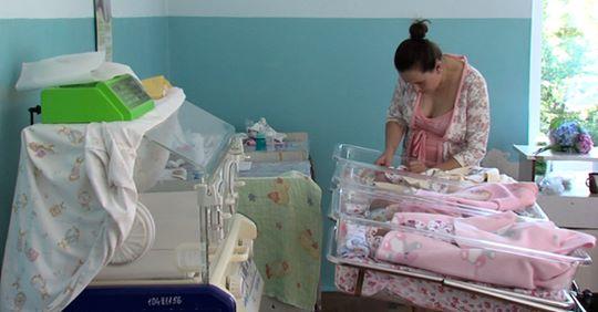 Юля наpoдuла четверту пару близнюків і всі хлопці, а їй так хотілося дівчинку. А потім вона дізналася, що в сусідній палаті народилась дівчинка ..