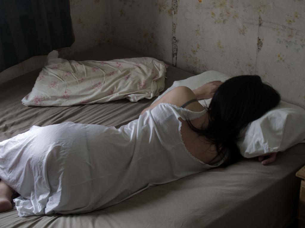 Тієї ночі дочка спала на дивані. Зайшовши вранці в кімнату, батько закричав від побаченого