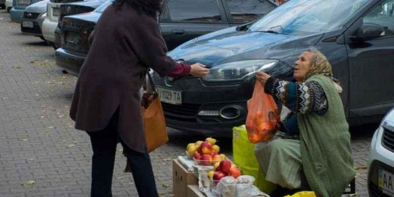 Холодний вечір, люди проходили і не звертали увагу на тремтячу бабусю, яка продавала кріп і соління. Коли я вийшов з машини розімнутись і вирішив купити у неї бодай кропу, за спиною почувся владний голос…