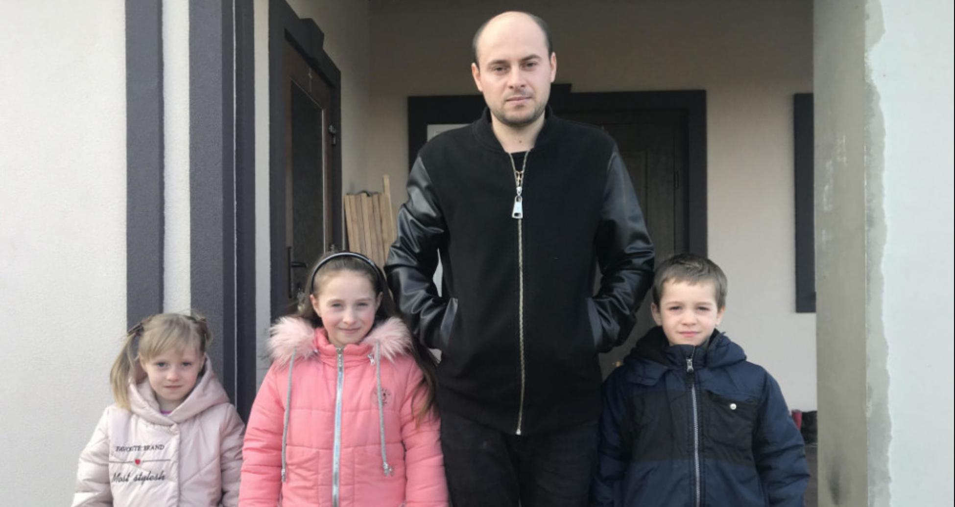 І за тата, і за матір: 28-річний батько з Волині самотушки старається виховати трьох діточок