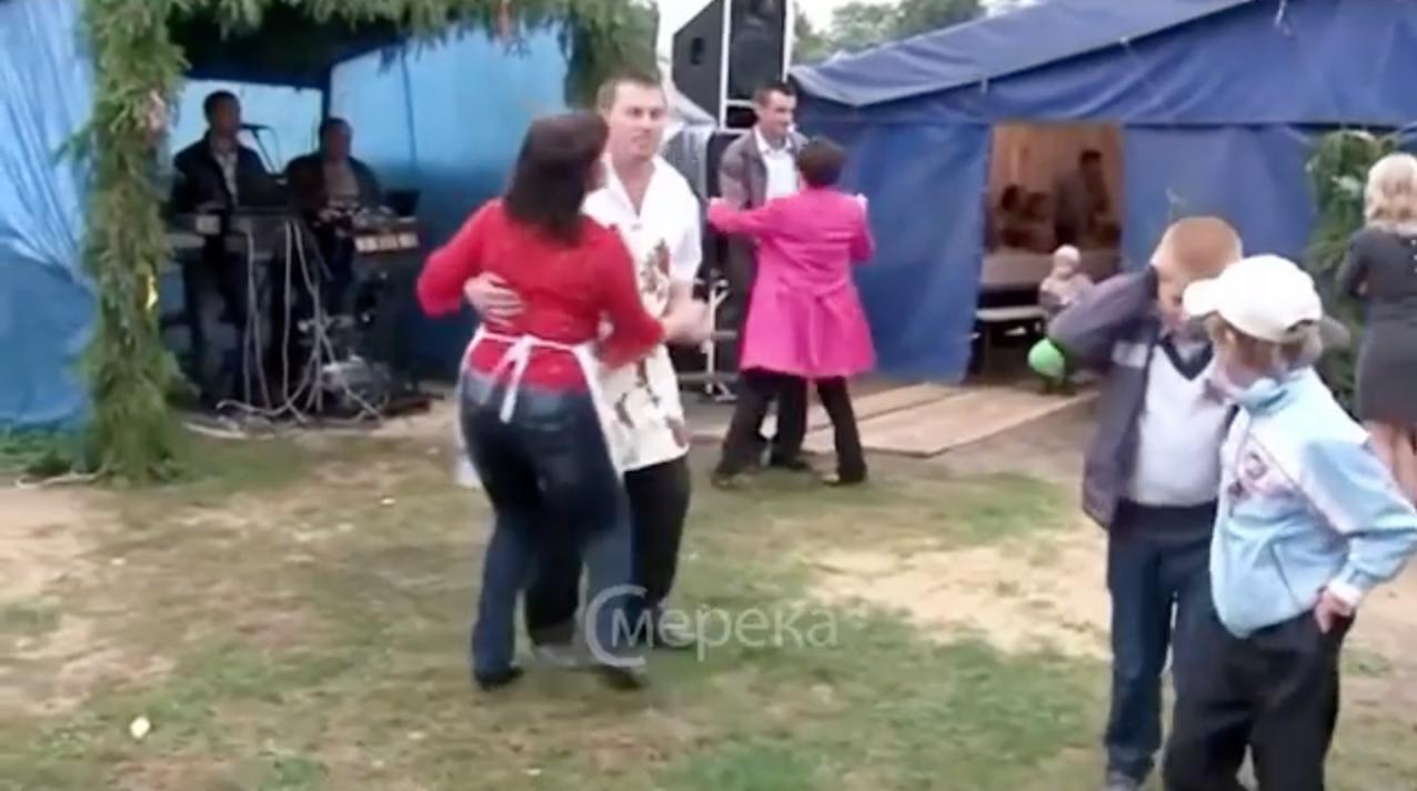 Гарна забава на сільському весіллі покорола всіх! Це відео вже стало хіт0м в інтернеті