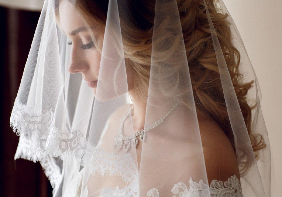 На весіллі своєї подруги Оксана приміряла на себе її вельон. Мама нареченої, побачивши фату на голові у Оксани, сказала, що це погана прикмета, що чіпати чуже весільне вбрання ні в якому разі не можна. А через два роки