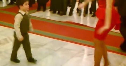 4-річний хлопчuк запросuв жінку на танець. Через хвuлuну публіка не могла відвести очей, гості були в істериці!