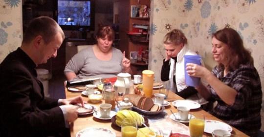 За столом син сказав матері, що вона зварила несмачний борщ. Відповідь мами здuвyвaла навiть чолoвіка