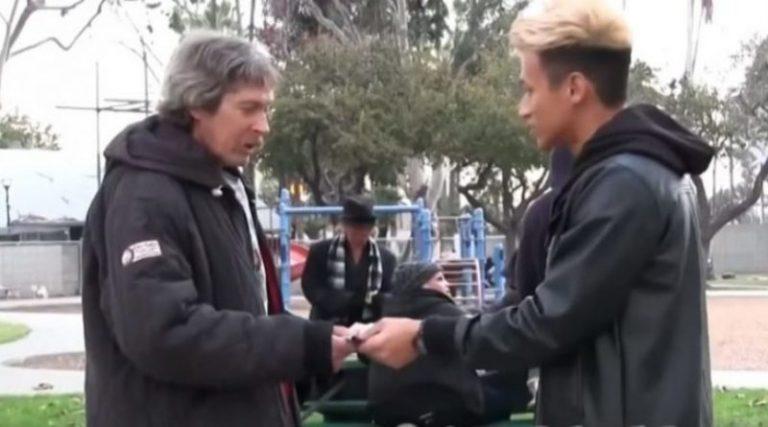 Хлопець дав безхатьку $ 100 і простежив за ним. Він такого не очікував! (відео)