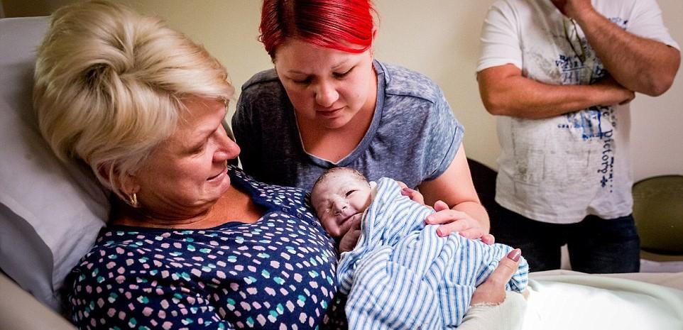 52-річна жінка народила дитину своєї дочки. ФОТО