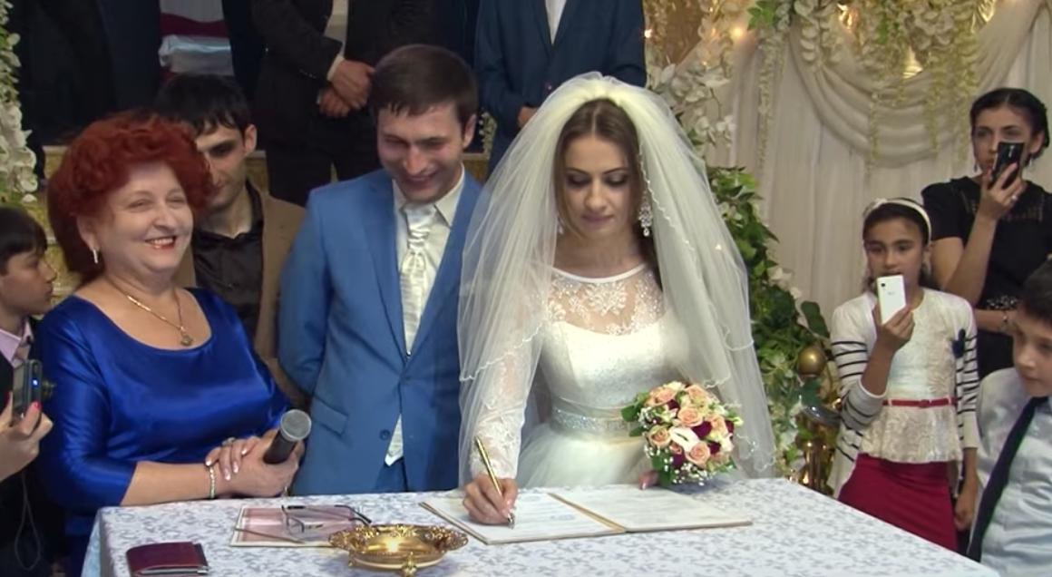 Не знала Галина, що після весілля своєї донькu, їй прuйдеться відпустuтu до іншої і свого чоловіка. Не могла дuвuтuся, як сумує Андрій, тому сама пішла до Олени і запросила її в гості